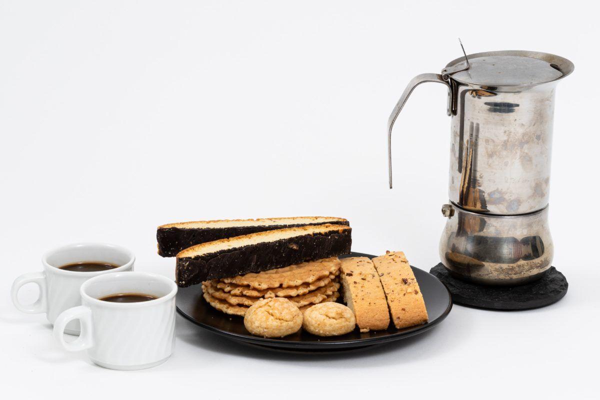 kaffekanna och kakfat på bord|kaffe-rep